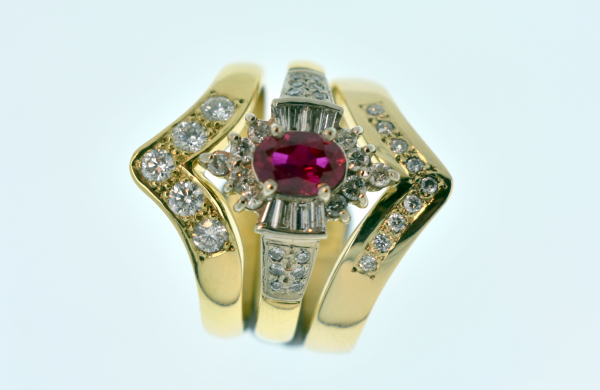 18CT RUBY AND DIAMOND FITTED RING SET